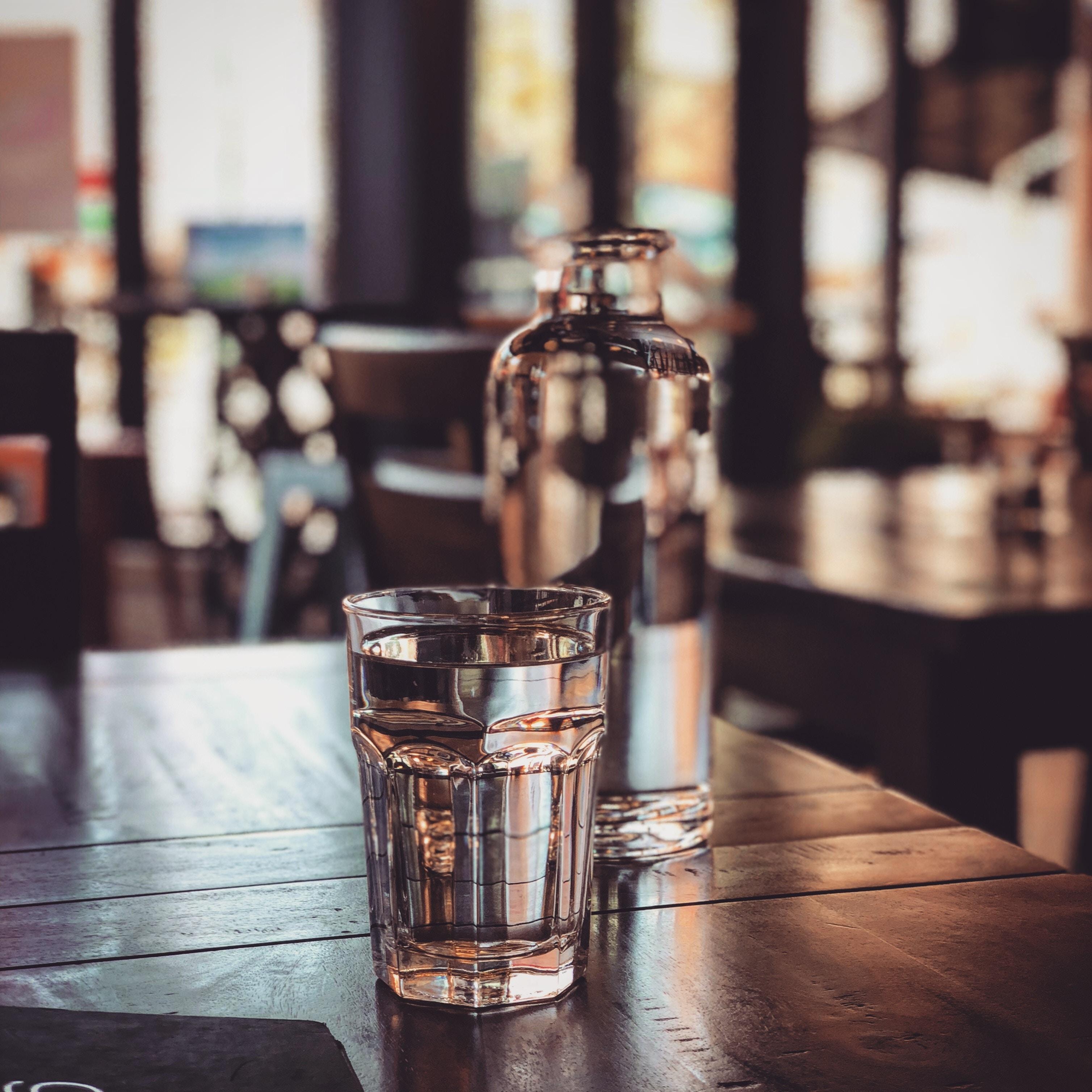 Glas gevuld met water op tafel
